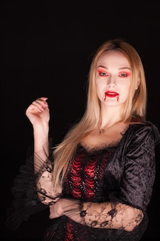 ハロウィーンの吸血鬼の赤いドレスを着た女性。ミステリーウーマン。