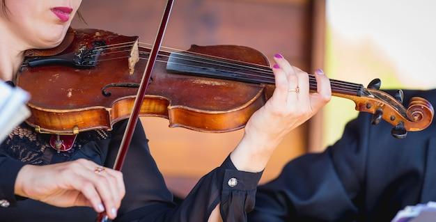 콘서트 중 바이올린을 든 여자. 클래식 연주_