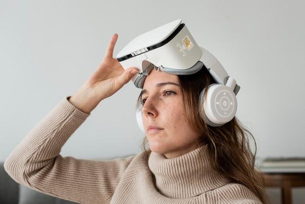 Donna con tecnologia di intrattenimento di simulazione vr