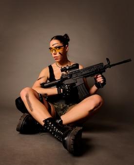 武器を持つ女性。