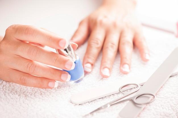 Женщина с хорошо ухоженными ногтями на белом