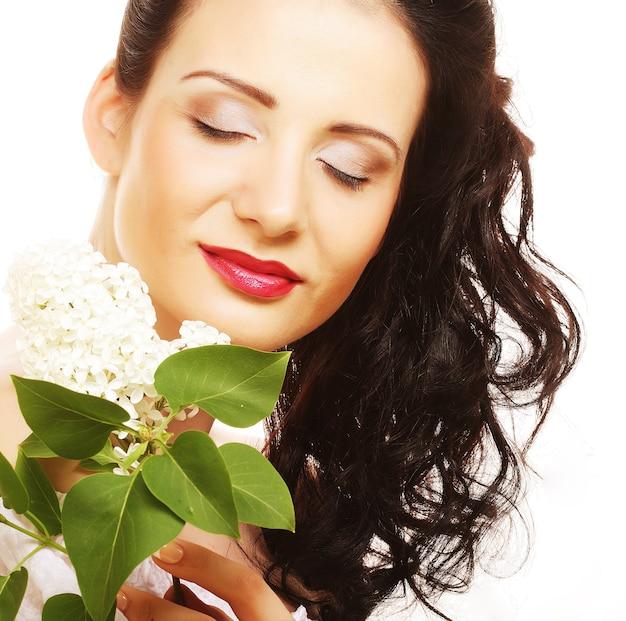 Женщина с белыми цветами