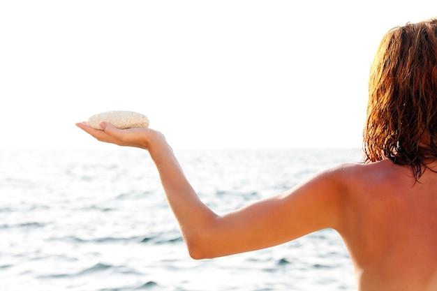 바다로 흰 돌을 가진 여자