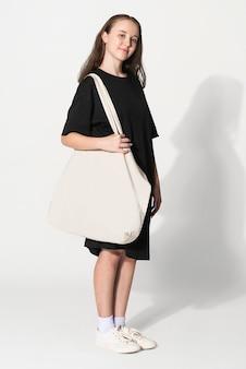 Donna con tote bag bianca