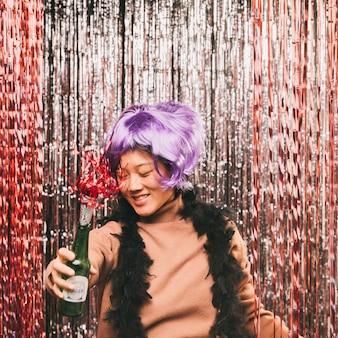 Женщина с париком танцует на карнавальной вечеринке