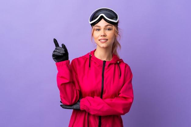 겨울 재킷과 장갑을 가진 여자