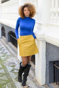 Женщина с желтой юбке и синей рубашке ходьбе Бесплатные Фотографии