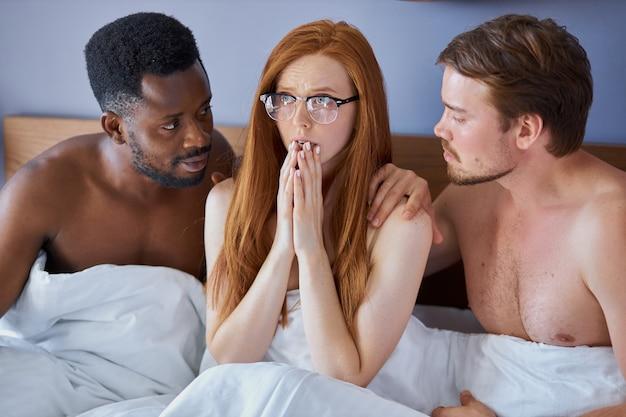 女性は2人の多様な男性と目覚めました、彼女はショックを受けています