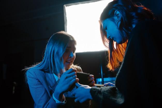Cartomante di donna e donna con sfera di cristallo