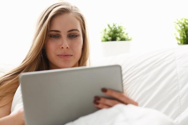여자 작업 winh 노트북 이른 아침 침대에서 숙박
