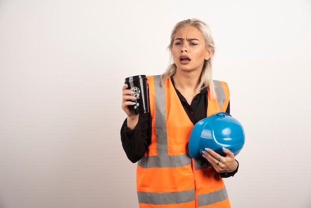 白い背景で失われた感じの女性労働者。高品質の写真