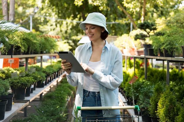 지속 가능한 온실에서 혼자 일하는 여성