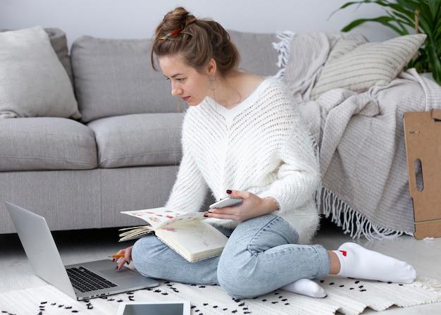 Donna che lavora su un blog d'arte a casa