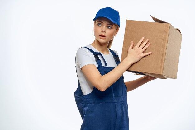 宅配便として働く女性