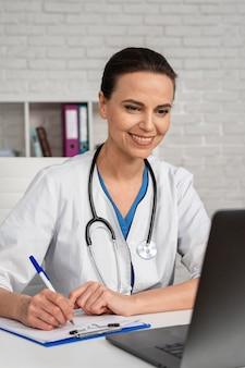 Donna che lavora come medico