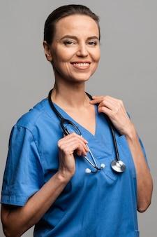医者として働く女性