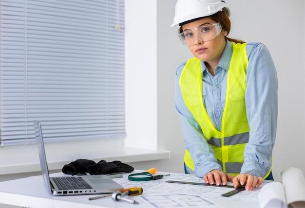 Donna che lavora come ingegnere