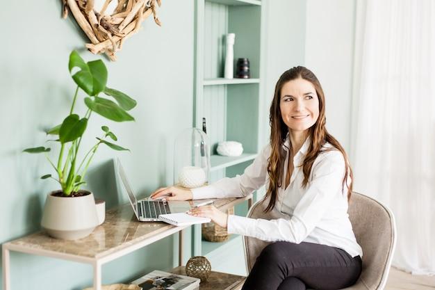 Женщина, работающая за компьютером, фрилансер или менеджер, работающий не по найму, бизнес