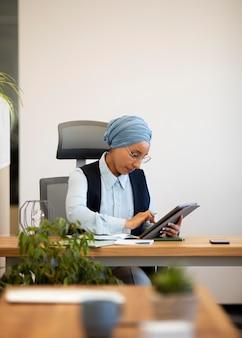 Женщина, работающая за столом для офисной работы