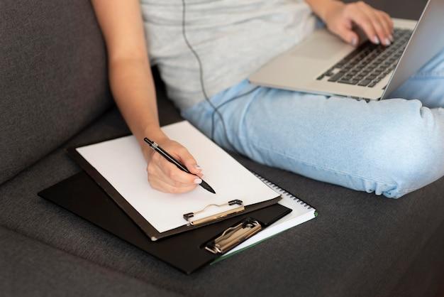 Женщина, работающая дома во время карантина с ноутбуком