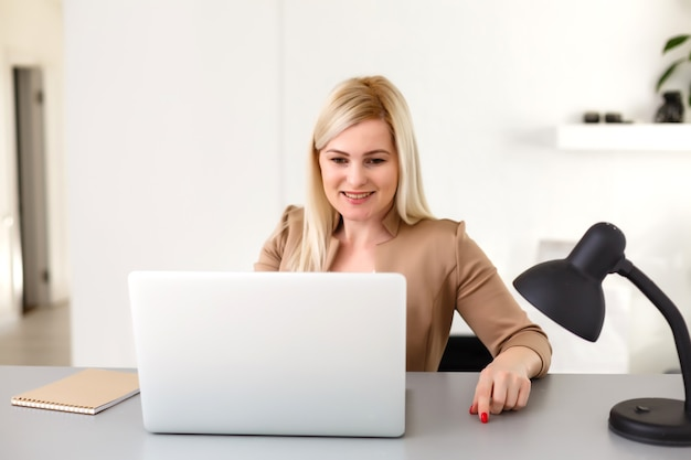 ラップトップコンピューターで自宅で働く女性
