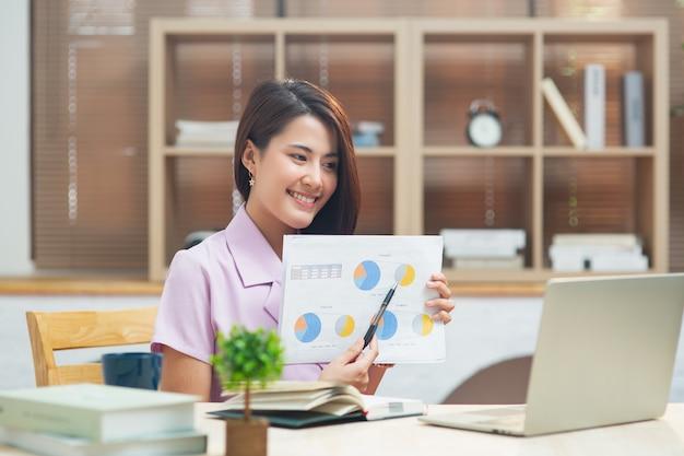 ノートパソコンで在宅勤務の女性