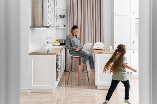 子供と一緒に在宅勤務の女性