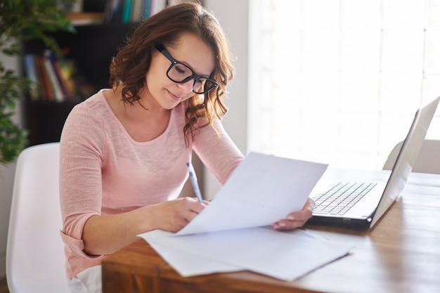 Женщина, работающая дома
