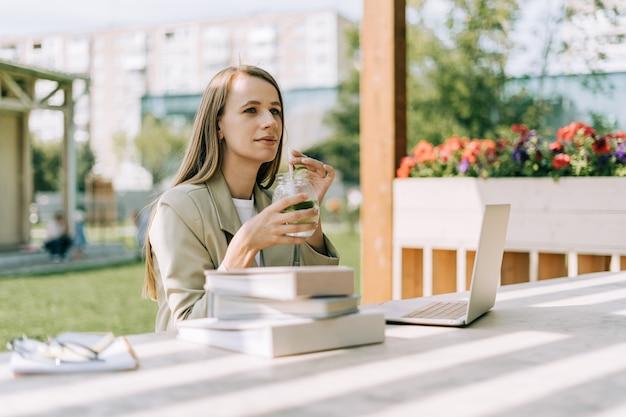 Женщина, работающая на ноутбуке за пределами