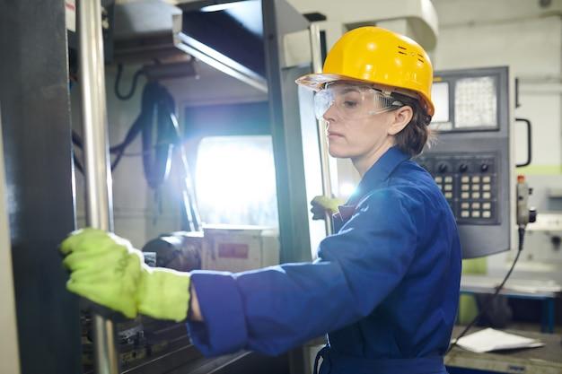 공장에서 일하는 여자