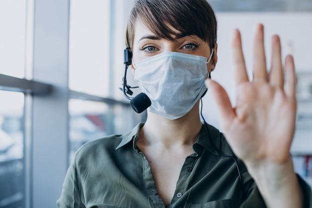 レコードスタジオで働いていて、マスクをしている女性
