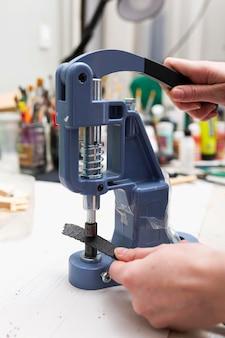Женщина, работающая на швейной машине крупным планом