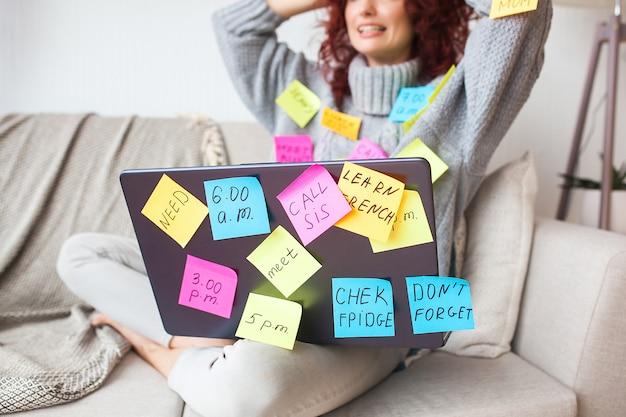 노트북에서 일하는 여자. 컴퓨터에 앉아있는 여성. 바쁜 아가씨. 비즈니스 여자 작업입니다.