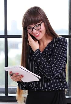 オフィスで働く女性