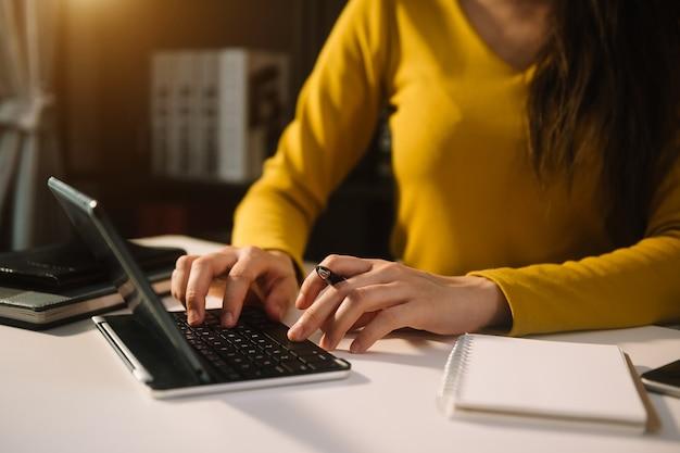 Женщина, работающая в офисе