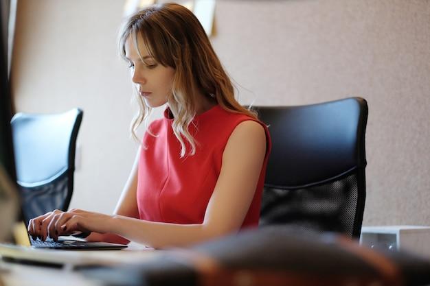 Donna che lavora, concentrata