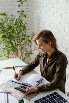 Женщина, работающая для портрета проектов окружающей среды