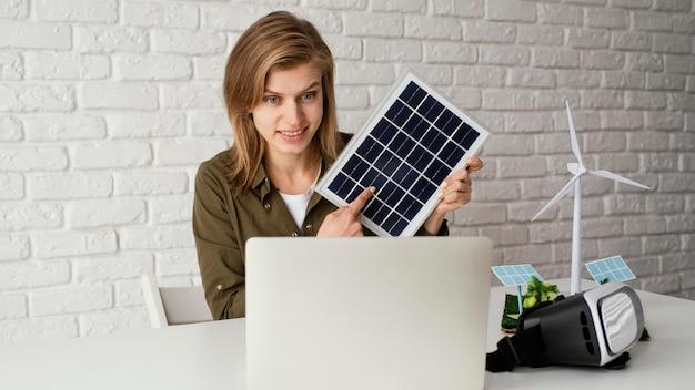 環境プロジェクトで働く女性