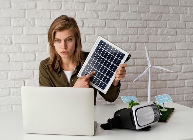 Женщина, работающая над экологическими проектами