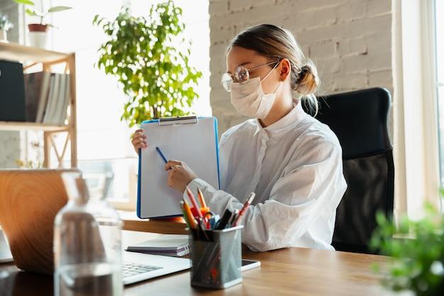 コロナウイルスまたはcovid-19検疫中に在宅勤務の女性