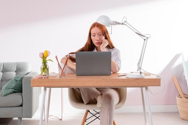 노트북에 가정에서 일하는 여자