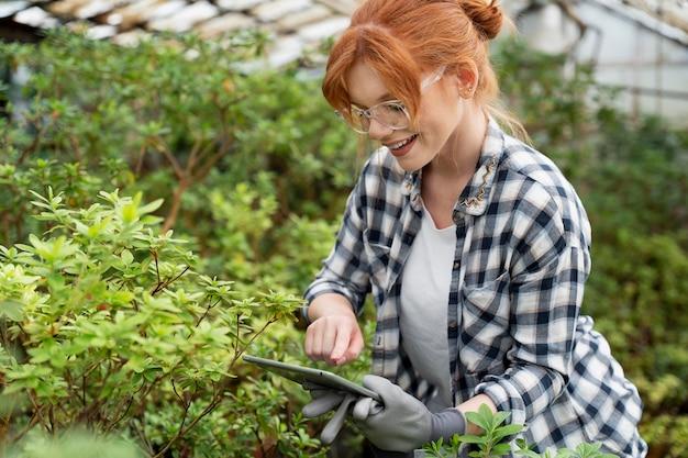 Donna che lavora sodo in una serra
