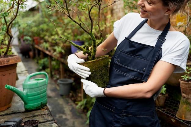 温室で一生懸命働く女性