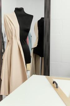 Donna che lavora da sola nel suo laboratorio di fashion design