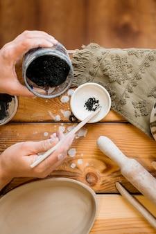 Donna che lavora nel suo laboratorio di ceramica