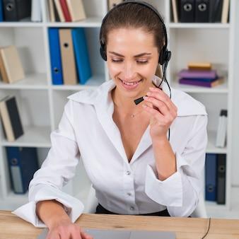 Женщина работает в колл-центр