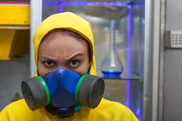 Женщина, работающая в химической лаборатории