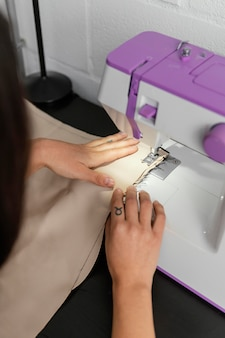 Женщина, работающая в своей мастерской по дизайну одежды