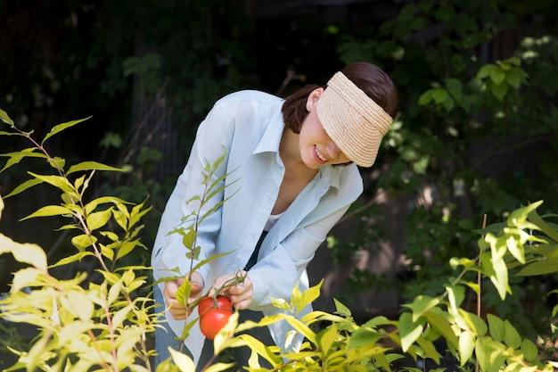 그녀의 지속 가능한 온실에서 일하는 여성