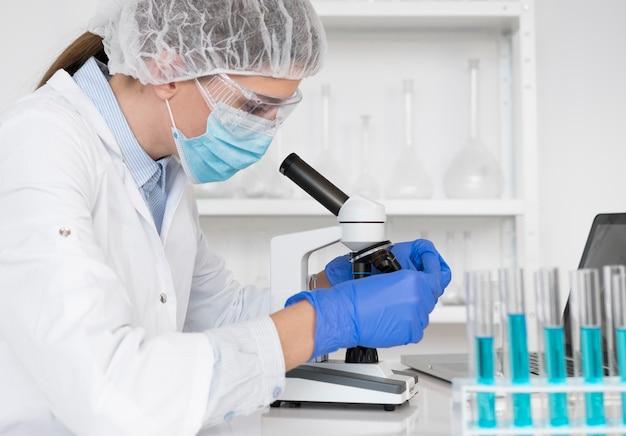 실험실에서 일하는 여자